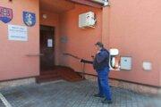 Tento týždeň začali v Kalnej nad Hronom s dezifikovaním verejných priestranstiev, vrátane obecného úradu.