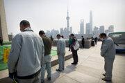 V Číne si uctili obete koronavírusu.