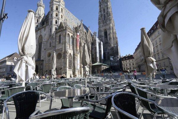 Terasa reštaurácie pred Dómom sv. Štefana vo Viedni.