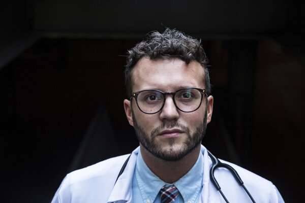 Cory Deburghgraeve je anesteziológ Illinoiskej univerzitnej nemocnoce v Chicagu.