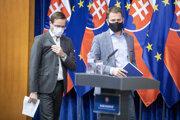 Zľava: Minister zdravotníctva SR Marek Krajčí a predseda vlády SR Igor Matovič.
