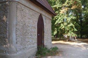 Záhradný domček slúžil v minulosti aj ako biskupská čajovňa.