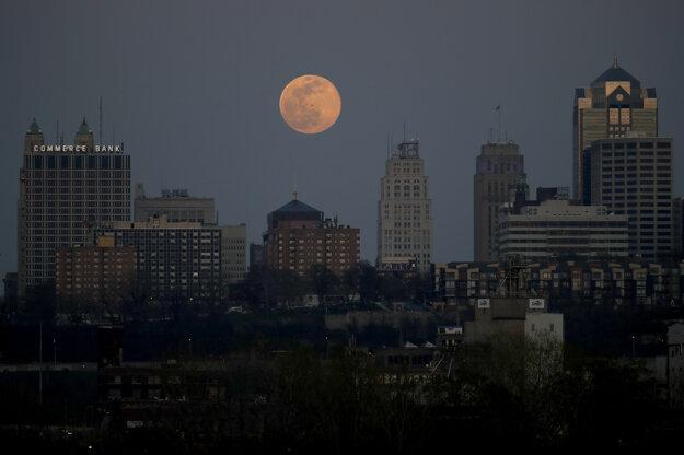Supermesiac na oblohe za centrom v americkom meste Kansas City.