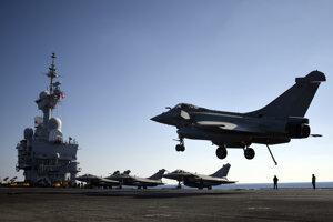 Francúzske bojové stíhacie lietadlo Rafale pristáva po návrate z bojovej misie proti Islamského štátu v Sýrii a v Iraku na lietadlovej lodi Charles de Gaulle v Stredozemnom mori 9. decembra  2016.
