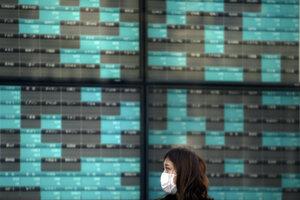 Epidémia koronavírusu redukuje výdavky spotrebiteľov a rast firiem.