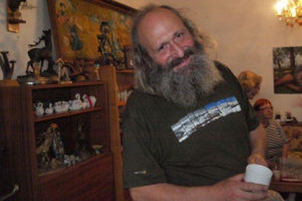 Recesista Roman Vykysalý vítal návštevníkov v obývačke.