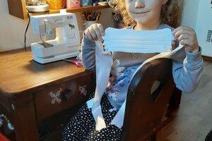 So šitím pomáhala aj 5-ročná Liana.