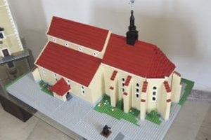Lego model farského kostola Panny Márie v Novej Bani.