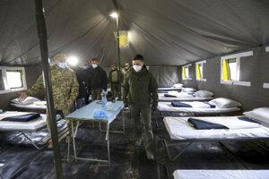 Ukrajinský prezident Volodymyr Zelenskyj (vpravo) s ochranným rúškom na tvári počas kontroly vojenskej nemocnice pre pacientov s ochorením COVID-19 v regióne Doneck.