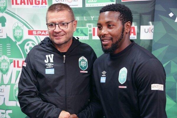 Trénerský tím AmaZulu FC, vľavo Slovák Jozef Vukušič so svojím asistentom.