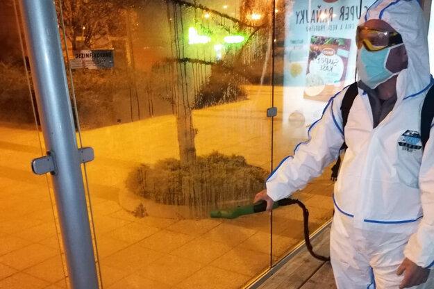 Dezinfekcia zastávok v Nitre.