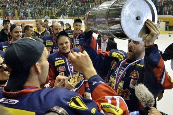Andrej Podkonický preberá majstrovský pohár.