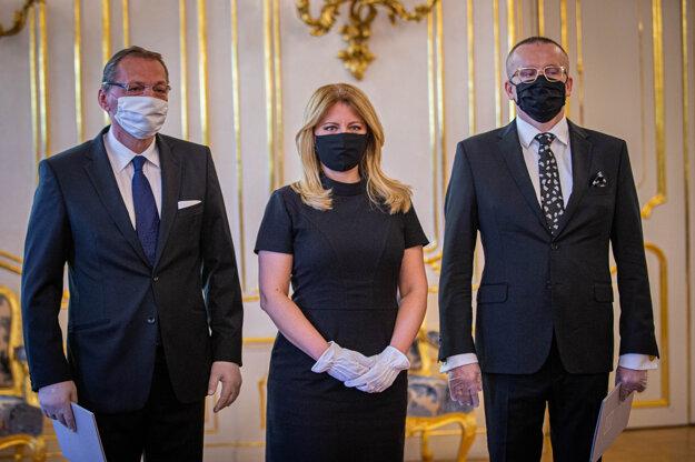 Prezidentka Zuzana Čaputová vymenovala za nového šéfa SIS Vladimíra Pčolinského. Na fotografii vľavo Anton Šafárik.