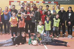 Spoločná fotka rodičov adetí pri tradičnom klubovom vianočnom futbale.
