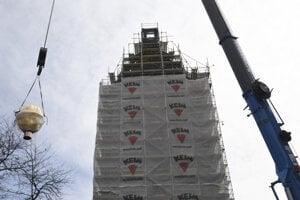 Inštalácia makovice na Urbanovu vežu.