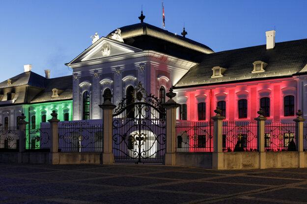 Koronavírus na Slovensku: Prezidentský palác symbolicky osvetlený vo farbách talianskej trikolóry na znak solidarity s Talianskom.