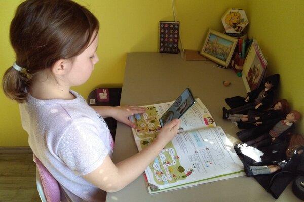 Nová doba, deti sa učia s telefónom v ruke.