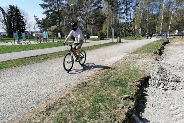 Občianske združenie kritizuje, že po vybudovaní úseku cyklotrasy v mestskom parku pôjdu paralelne vedľa seba tri chodníky.