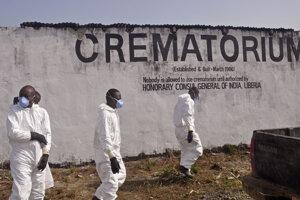 Zdravotníci idú do krematória vyzdvihnúť popol ľudí, ktorí zomreli na ebolu. (Monrovia, 7. marec 2015)