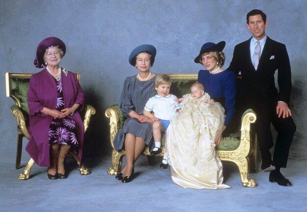 Na snímke z 21. decembra 1984 zľava kráľovná matka, kráľovná Alžbeta II., princ William, princ Harry, princezná Diana a princ Charles  počas krstín princa Harryho v Londýne.