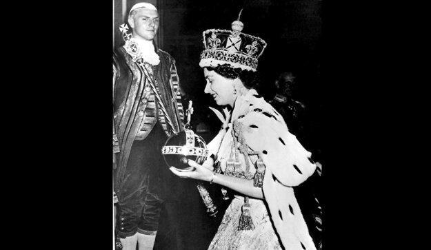 Na snímke z 2. júna 1953 kráľovná Alžbeta II. má na hlave korunu a drží ďalšie korunovačné klenoty počas svojej korunovácie v Londýne.