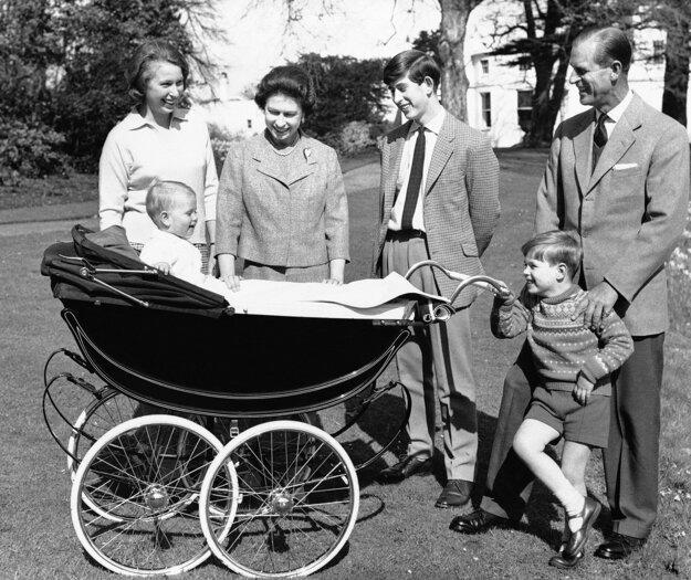 Na snímke z 19. decembra 1965 britská kráľovná Alžbeta II. a manžel princ Philip so svojimi deťmi vo Windsore.