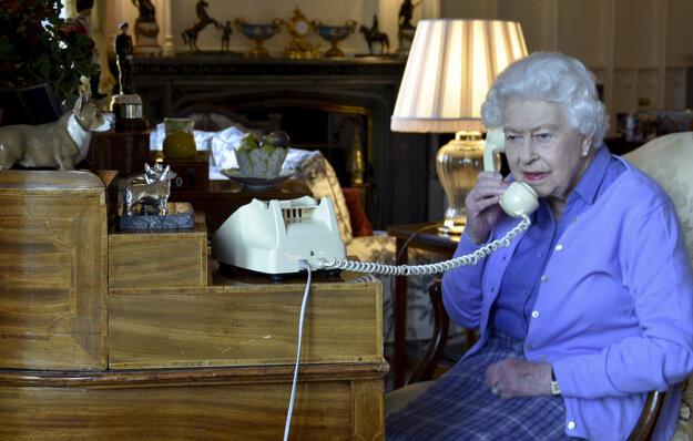 Na snímke z 25. marca 2020 britská kráľovná Alžbeta II. telefonuje s britským premiérom Borisom Johnsonom na Windsorskom hrade.
