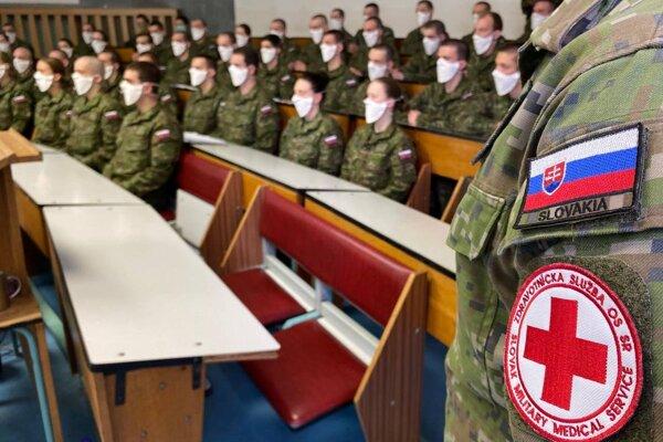 Sanitárov trénovali na Základni výcviku a mobilizačného doplňovania v Martine.