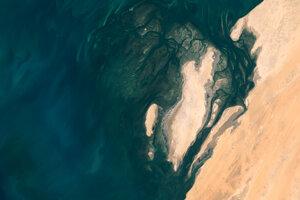 Piesočné pobrežie sa miesi s morskou vodou v časti Národného parku Banc D'Arguin v Mauretánii.