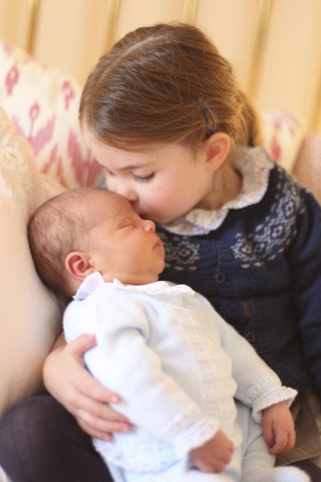 Prvé oficiálne fotografie princa Louisa z 24. apríla 2018.