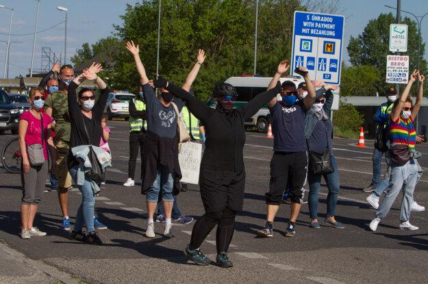 Koronavírus na Slovensku: Protest na hraničnom priechode Bratislava - Berg.