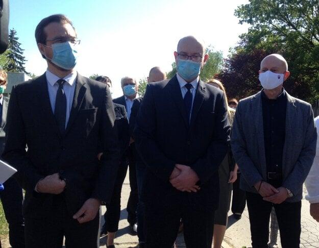 Minister Marek Krajčí (vľavo), nový riaditeľ nemocnice Daniel Žingor (v strede) a okresný hygienik Juraj Benko.