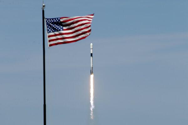 Raketa spoločnosti SpaceX Falcon 9 so siedmou várkou približne 60 satelitov pre Starlink odštartovala z Kennedyho vesmírneho strediska na Floride 22. apríla 2020. Ilustračné foto.
