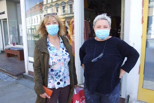 Majiteľka butiku Jana (vpravo) so zákazníčkou Evou.