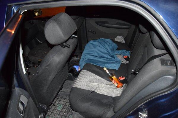 Na zadnom sedadle auta našli policajti fľašu alkoholu.