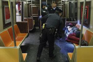 Policajti kontrolujú ľudí v metre.