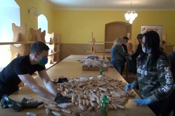 Vo štvrtok sa rozdeľovalo 2,3 ton potravín pre ľudí v karanténe.