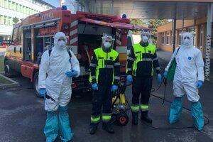 Dobrovoľní hasiči pravidelne dezinfikujú nemocnicu.