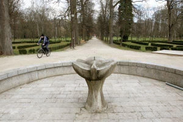 Opäť sprevádzkujú aj fontánu s ružicou v parku.