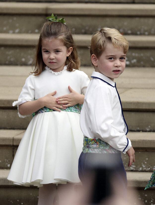 Britský princ George a jeho sestra britská princezná Charlotte prichádzajú na svadbu britskej princeznej Eugenie a jej dlhoročného priateľa Jacka Brooksbanka 12. októbra 2018 v kráľovskej Kaplnke sv. Juraja vo Windsore.