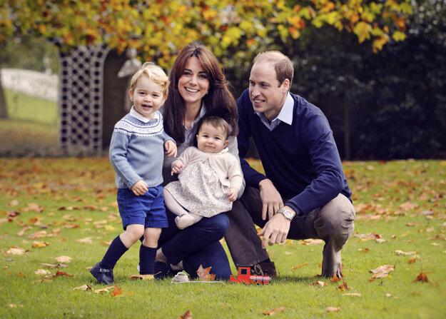 Princ William, jeho manželka Kate a ich deti princ George a princezná Charlotte pózujú na konci októbra 2015 v Kensingtonskom paláci v Londýne.