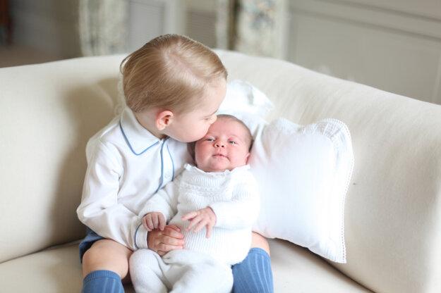 Na snímke, ktorú poskytol Kensingstonský palác 6. júna 2015 a zhotovila ju vojvodkyňa z Cambridga Kate v Anmer Hall vo východnom Anglicku je 2-ročný princ George, ktorý drží svoju malú sestru princeznú Charlotte.