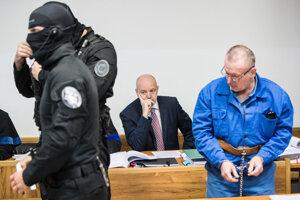 Pavol Rusko na súde v januári 2020, vpredu vpravo ďalší z obvinených Róbert Lališ.