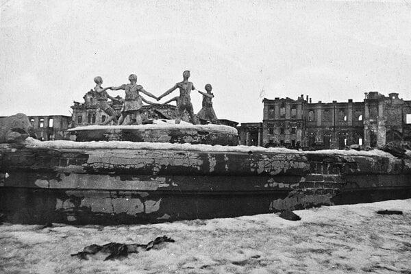 """Fontána """"Detský tanec"""" v zničenom Stalingrade na slávnej fotografii Sergeja Nikolajeviča Strunnikova. Mesto sa zmenilo na ruiny."""