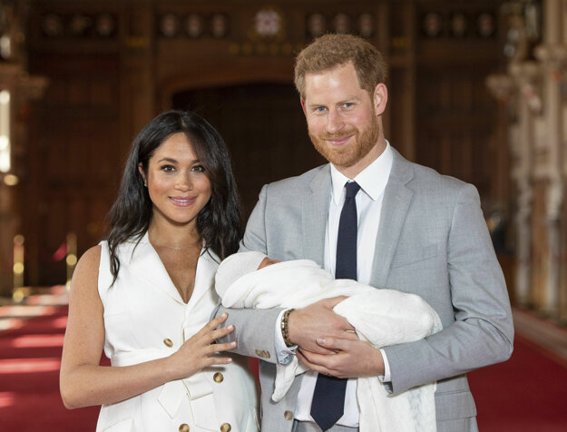 Na snímke z 8. mája 2019 britský princ Harry a jeho manželka Meghan držia v náručí svojho prvorodeného syna vo Windsorskom zámku.