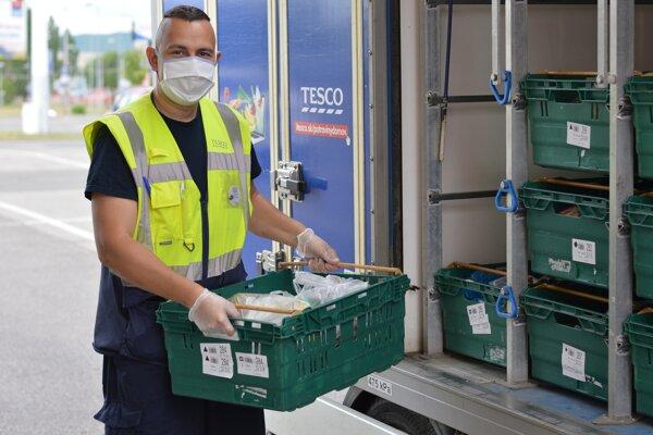 Tesco rozširuje službu online predaja potravín.