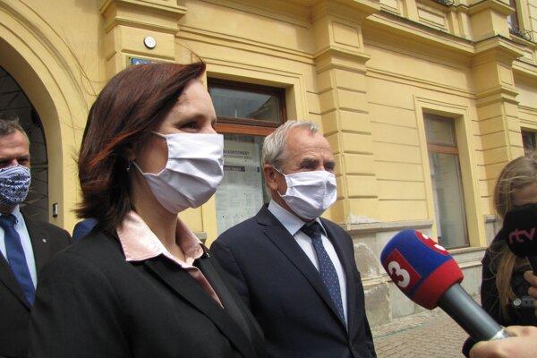 Vicepremiérka V. Remišová a predseda BBSK Ján Lunter po rokovaní.