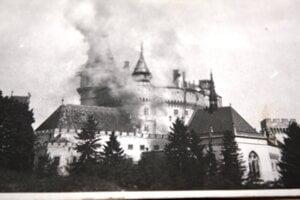 Požiar zámku v Bojniciach na dobovej fotografii.