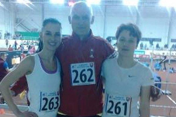 Na ľavej strane strieborná na 3 000 m Katarína Varechová. V strede bronzový na 800 m Daniel Matis a na pravej strane dvakrát strieborná na 200 m a 400 m Marcela Kocholová. Všetci za AK-MŠK Žiar nad Hronom.