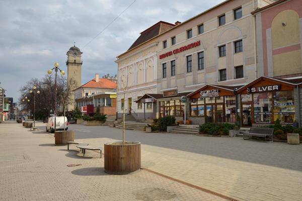 Pohľad na prázdne Námestie svätého Egídia v Poprade nafotené v marci v čase, keď na Slovensku vyhlásili mimoriadnu situáciu.